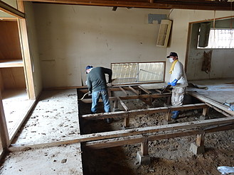 西日本豪雨被害のお家泥出し作業